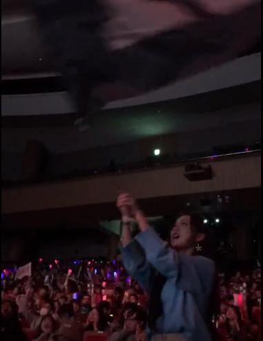 S8:韩国现场为RNG摇旗的小姐姐也太好看了吧!